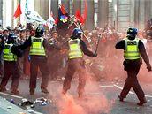 Demonstranti se v londýnských ulicích střetli s policisty