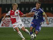 Olomouc - Slavia: hostující Jaroslav Černý (vlevo) v souboji s Markem Kaščákem