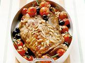 Jehněčí ramínko s rajčaty, olivami a piniovými oříšky