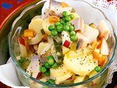Rybí salát s bramborami, hráškem a jablky