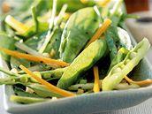 Salát se špenátem, hráškem, karotkou a řapíkatým celerem