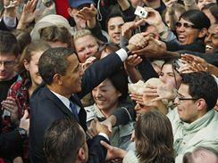 Americký prezident Barack Obama po projevu na pražském Hradčanském náměstí (5. dubna 2009)