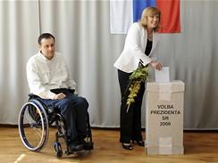 Iveta Radičová s přítelem Janem Riapošem během 2. kola slovenských prezidentských voleb