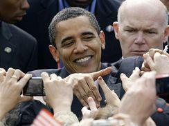 Barack Obama strávil po projevu na Pražském hradě v davu 10 minut.