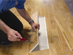 Pomocí dláta a kladiva vyjmete poškozenou část.