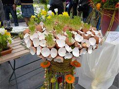 Ve skořápce bývá většinou žloutek, z těchto ovšem roste aromatická řeřicha. Konstrukci z drátu zdobí cibulky a jarní květiny, spodní část pak rozdrobené skořápky.