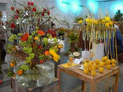 Uvázat vzdušnou kytici není nic jednoduchého, vymyslet poutavou dekoraci stolu není o nic lehčí. Přesto to jde a možnosti jsou nekonečné…