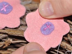 Dekorace můžete na věneček nalepit pomocí tavné pistole nebo kousku oboustranně lepicí pásky.