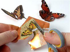 Obrázek podlepený kovovou fólií pečlivě vystřihněte a poté plasticky vytvarujte.