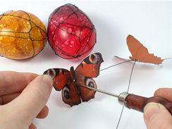 Vytvarovaného motýlka připevněte ke kraslici kouskem drátku.