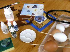 Materiál a pomůcky potřebné na vytvoření mramorovaných odrátovaných kraslic s motýlky.