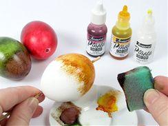 Inkoustová barva se na vajíčko nejlépe nanáší tupováním kouskem houbičky.