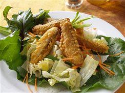 Smažená ryba na salátu.