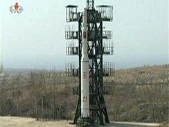 Snímky získané z prvního videa odpálení severokorejské rakety