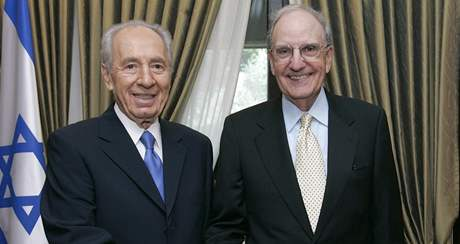 Šimon Peres a George Mitchell (16. dubna 2009)
