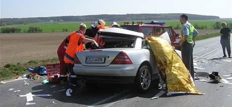Mercedes po zásahu rolí papíru, která se uvolnila z kamionu u Bratonic na Mladoboleslavsku (14. dubna 2009)