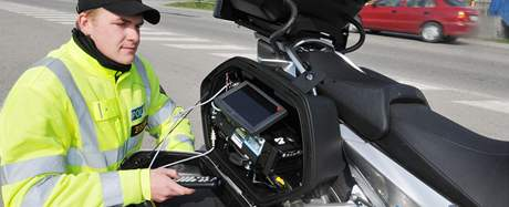 O velikonočních svátcích policisté hlídkovali na dálnici na nových motocyklech.