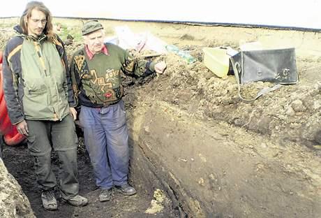 Technik Michal Oliva (vlevo) a dubňanský amatérský archeolog Miroslav Chludil při průzkumu