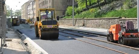 Dělníci na Husově ulici v Brně se pustili do úprav silnice a tramvajové trati