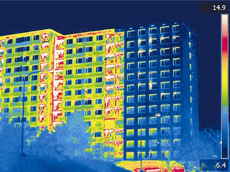 Částečně zateplený panelový dům na Chodově (termosnímek)