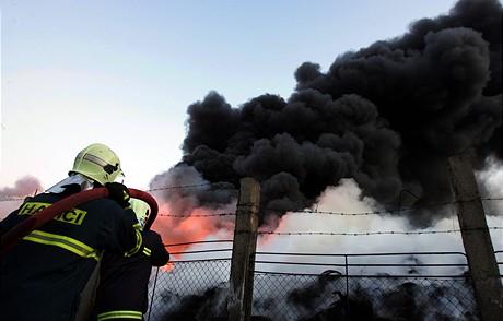 Požár skladu pneumatik u Vřesové na Sokolovsku