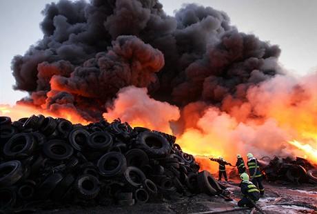 Požár skladu pneumatik u Vřesové na Sokolovsku (19.4.2009)