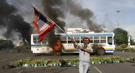 Příznivec bývalého thajského premiéra Šinavatry při protestech v Bangkoku. (13. dubna 2009)