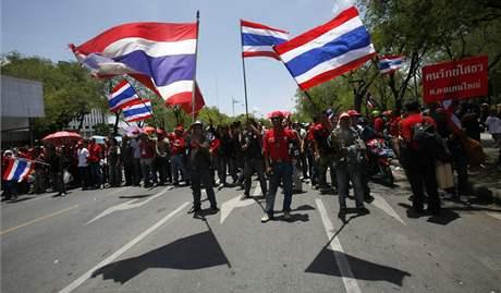 Příznivci bývalého thajského premiéra Šinavatry opouštějí po demonstracích vládní komplex (14. dubna 2009)