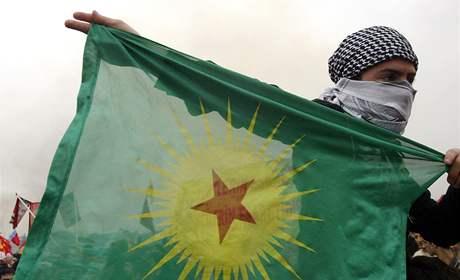 Mladý Kurd drží vlajku Strany kurdských pracujících v Istanbulu v březnu 2008.