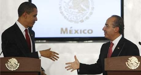 Barack obama a mexický prezident Felipe Calderón na společné tiskové konferenci v Mexico City. (16. dubna 2009)