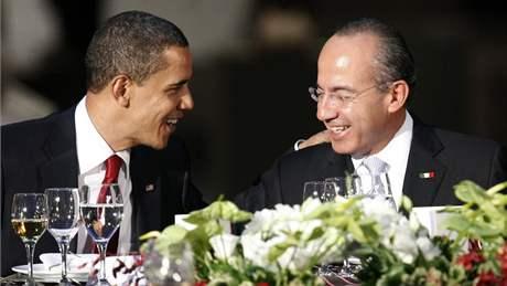 Barack obama a mexický prezident Felipe Calderón na společné večeři v Muzeu antropologie v Mexico City. (16. dubna 2009)