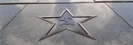 Na pomníku rudoarmějců v Králově Poli se znovu objevily srp a kladivo v pěticípé hvězdě