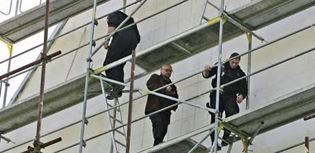 Michal Blažek demonstroval na lešení Domu umění. Sundat ho museli strážníci