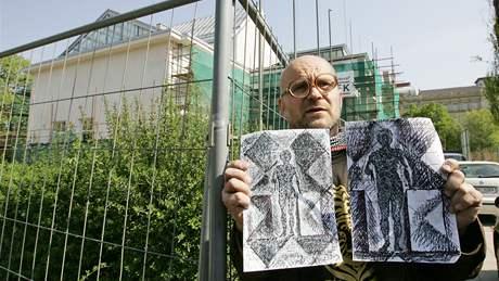 Michal Blažek demonstroval na lešení Domu umění.  Na snímku ukazuje skutečné návrhy, ty publikované podle něho byly podvrh
