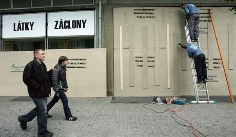 Ústí nad Labem - opevňování obchodů a výloh na trase pochodu neonacistů. (18. dubna 2009)