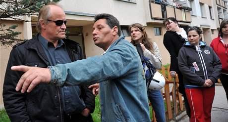 Ministr pro lidská práva a menšiny v demisi Michael Kocáb hovoří s obyvateli Krupky. (18. dubna 2009)