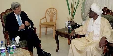 John Kerry se súdánským viceprezidentem Mohammnadem Tahá