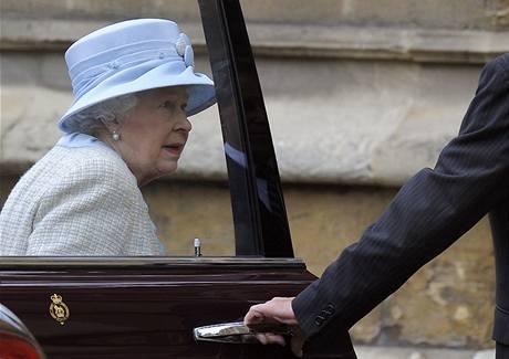 Britská královna přijíždí ke kapli sv. Jiřího na velikonoční bohoslužbu.