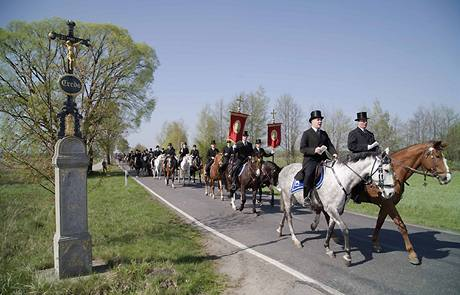 Přehlídka Srbů v tradičních oděvech poblíž německé vesnice Ralbitz.