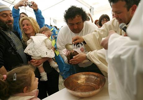 Křtiny dvouměsíční Giady ve stanovém městečku v Paganici.