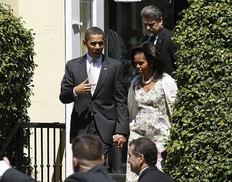Americký prezident Barack Obama opouští společně se svou manželkou Michelle kostel sv. Jana ve Washingtonu.