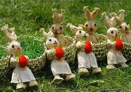 Ručně vyrábění velikonoční zajíčci na trhu v rumunské Bukurešti.