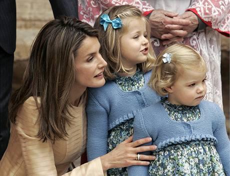 Španělská princezna Letizia s dcerami Leonorou a Sofií po velikonoční mši.