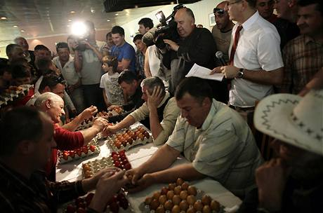 Bosenští katolíci během tradiční soutěže v rozbíjení vajec.