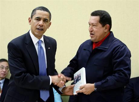 Hugo Chávez dal Baracku Obamovi knihu (18. dubna 2009)