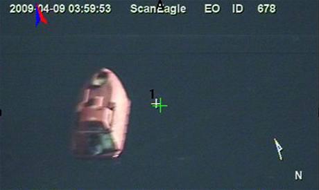 Záběry záchranného člunu, který pořídila kamera bezpilotního letounu Scan Eagle.