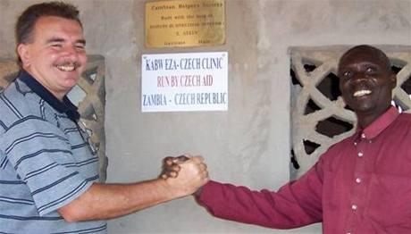 Lékař Stanislav Kusý na klinice v Zambii.