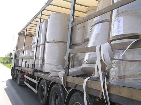 Kamion, ze kterého se uvolnila role papíru zasáhla u Bratonic na Mladoboleslavsku protijedoucí mercedes (14. dubna 2009)