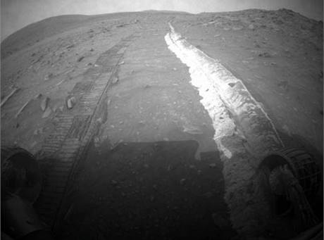 Bílá půda na Marsu. Odkrylo ji zadřené kolečko vozítka Spirit