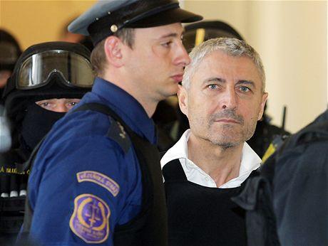 Bohumír Ďuričko přichází za doprovodu policistů k Městskému soudu v Praze, aby si vyslechl rozsudek (10. dubna 2009)